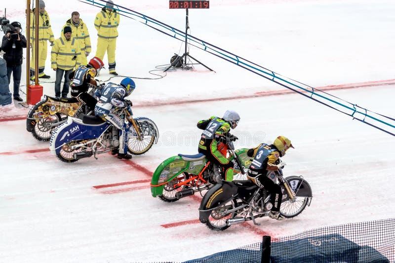Sportsmans που προετοιμάζεται να συναγωνιστεί στη μοτοσικλέτα που συναγωνίζεται στον πάγο στοκ φωτογραφία με δικαίωμα ελεύθερης χρήσης