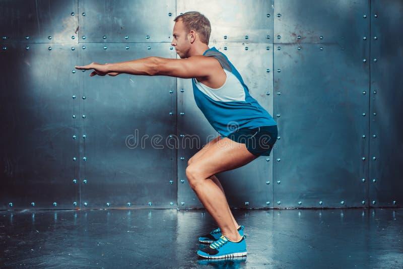 sportsmen geschikte mannelijke trainermens die hurkzit, de macht van de de trainingsterkte van de concepten crossfit geschiktheid royalty-vrije stock fotografie
