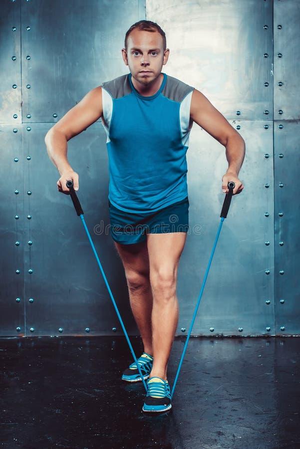 sportsmen geschikte mannelijke trainermens die oefeningen doen stock afbeelding