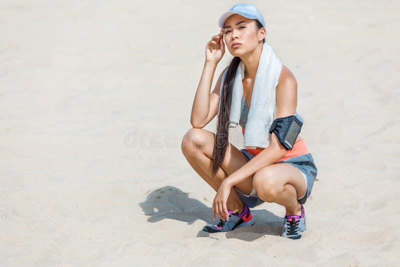 Sportsmenka odpoczywa z ręcznikiem fotografia stock