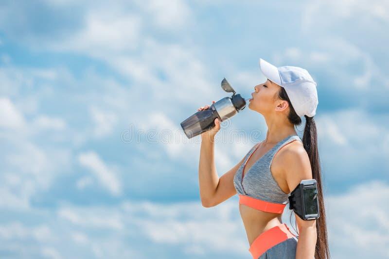Sportsmenka z sport butelką obraz stock