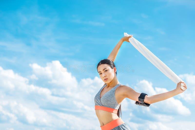 Sportsmenka z sporta armband dla smartphone obrazy stock