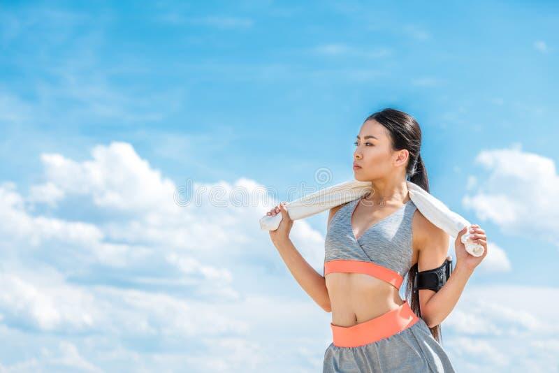 Sportsmenka z sporta armband dla smartphone fotografia royalty free