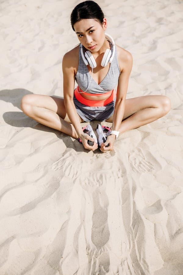 Sportsmenki rozciąganie na piasku obraz stock