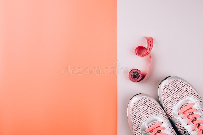 Sportsneaker und hellrosa Zentimeter dicht lizenzfreie stockfotografie