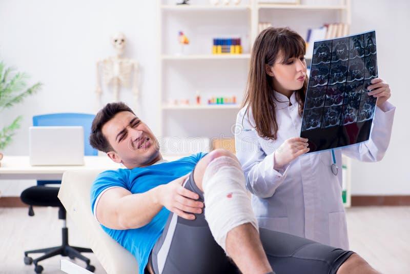 Sportspelaren som besöker doktorn efter skada fotografering för bildbyråer