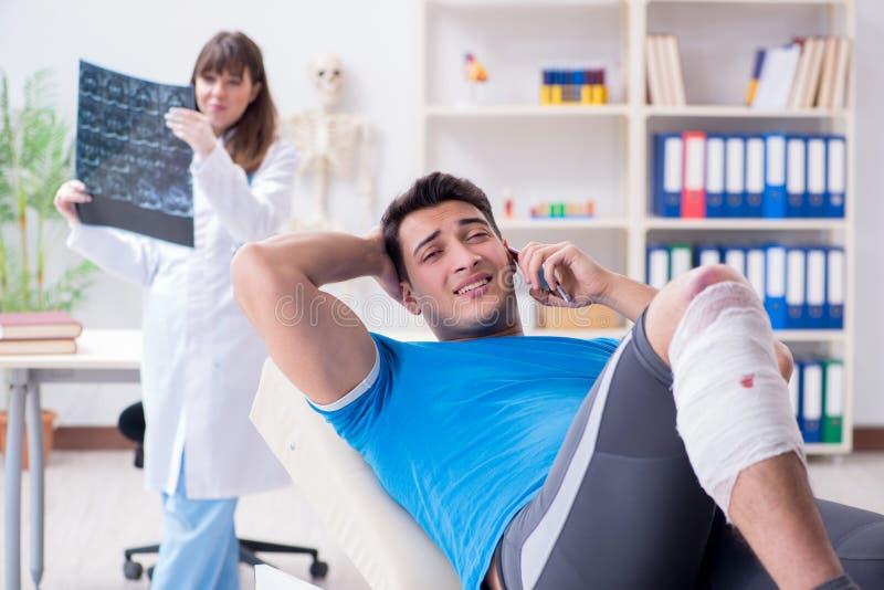 Sportspelaren som besöker doktorn efter skada arkivbild