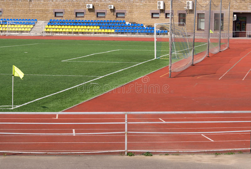 Sportstadion mit Fußballplatz und Gatter stockfoto