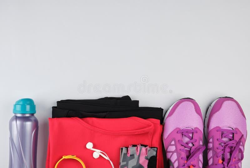 """sportswear γυναικών \ """"s για την ικανότητα, το μπουκάλι, τα ακουστικά και τα  στοκ φωτογραφίες με δικαίωμα ελεύθερης χρήσης"""