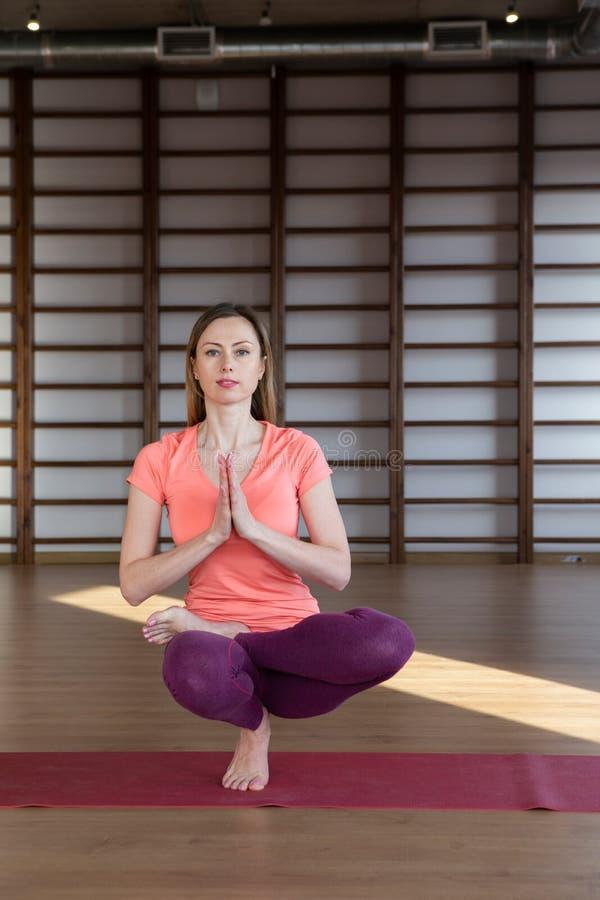 Sportswear молодой спокойной милой женщины нося белый разрабатывая, делающ тренировку йоги или pilates Во всю длину стоковая фотография rf