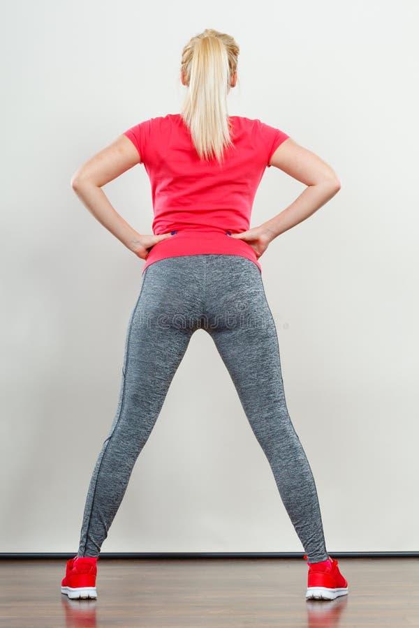 Sportswear vestindo da mulher atrativa fotos de stock royalty free