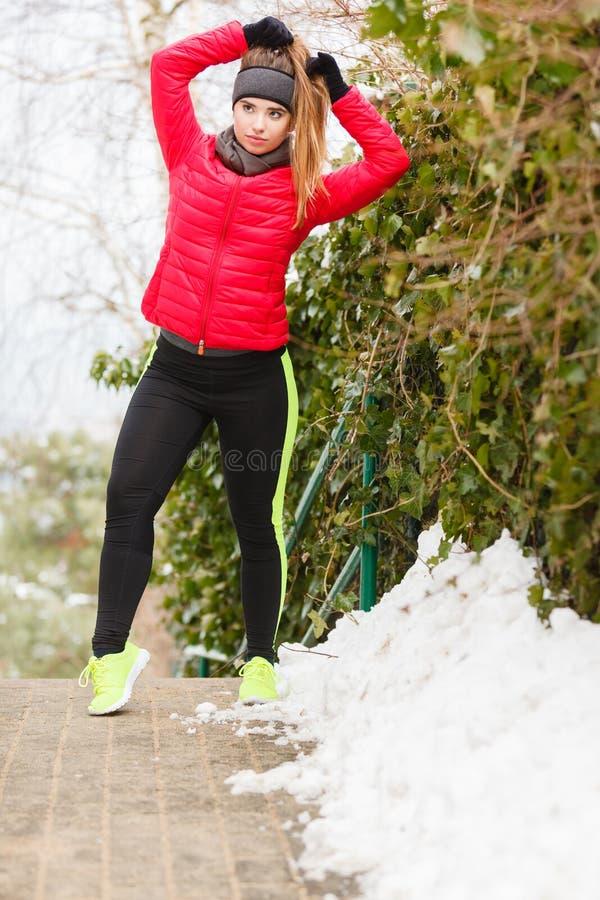 Download Sportswear Vestindo Da Mulher Durante O Inverno Imagem de Stock - Imagem de sportswear, exercitar: 107527231