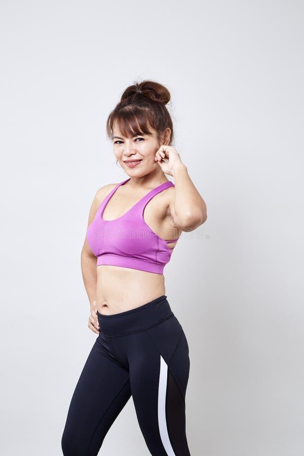 sportswear vestindo da mulher para mostrar seu corpo fotos de stock royalty free