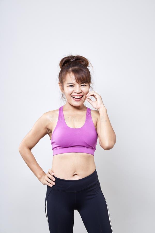 sportswear vestindo da mulher para mostrar seu corpo foto de stock