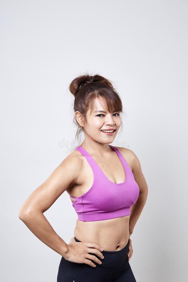 sportswear vestindo da mulher para mostrar seu corpo foto de stock royalty free