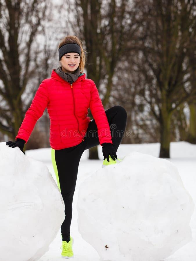 Download Sportswear Vestindo Da Mulher Que Exercita Durante O Inverno Imagem de Stock - Imagem de exercitar, aptidão: 107527307