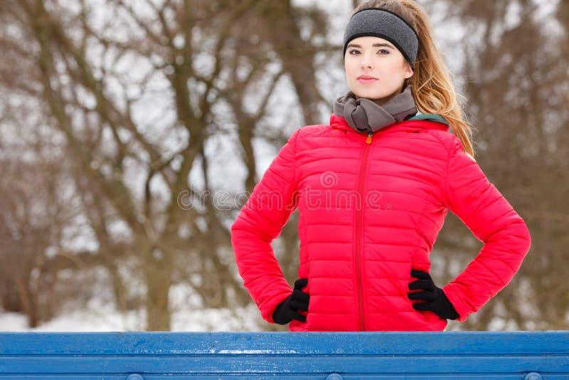 Sportswear vestindo da mulher que exercita durante o inverno fotografia de stock