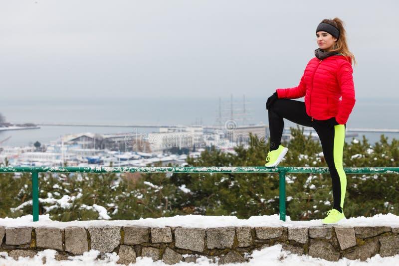Sportswear vestindo da mulher que exercita durante o inverno imagens de stock