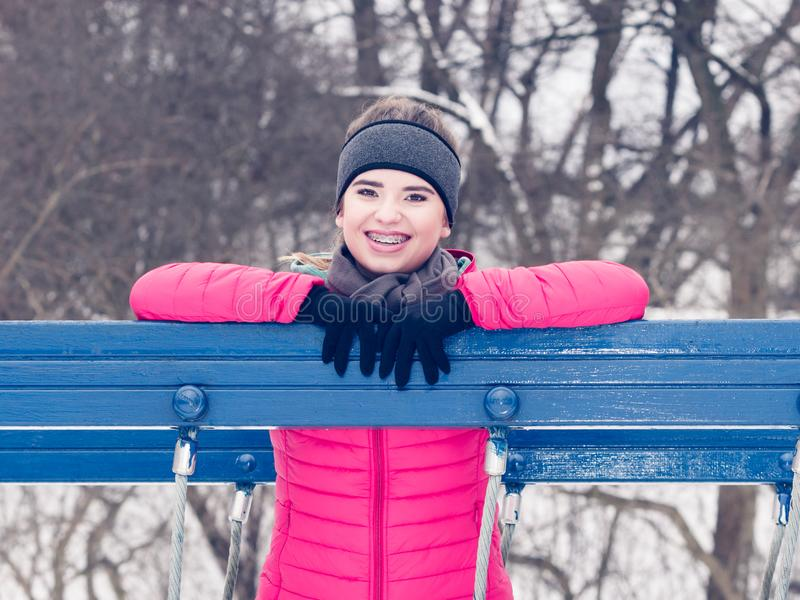 Sportswear vestindo da mulher que exercita durante o inverno fotos de stock royalty free