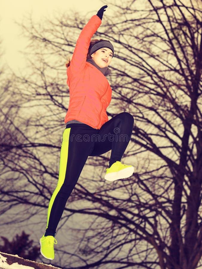 Download Sportswear Vestindo Da Mulher Que Exercita Fora Durante O Inverno Imagem de Stock - Imagem de ajuste, feliz: 107526969