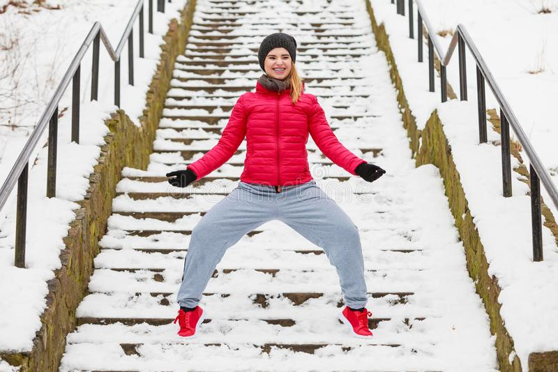 Download Sportswear Vestindo Da Mulher Que Exercita Fora Durante O Inverno Foto de Stock - Imagem de mulher, movimentar: 107527424
