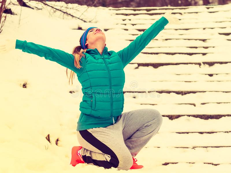 Download Sportswear Vestindo Da Mulher Que Exercita Fora Durante O Inverno Imagem de Stock - Imagem de ativo, mulher: 107528253