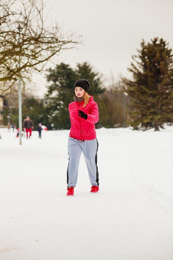 Sportswear vestindo da mulher que exercita fora durante o inverno imagens de stock royalty free
