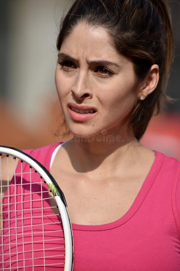 Sportswear vestindo de Colombian Female Adult do atleta impassível com raquete de tênis foto de stock