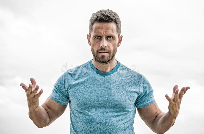 Sportswearmode Muskul?s man med sk?gget isolerad manwhite idrotts- huvuddelsportsman lagledare i konditionidrottshall arkivfoto