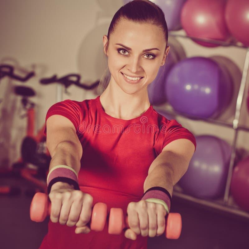 Sportswoman che si esercita con i dumbbells fotografia stock libera da diritti