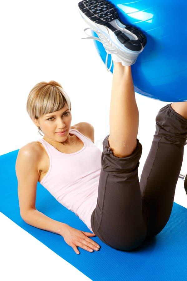 Sportswoman que exercita com uma esfera da aptidão foto de stock
