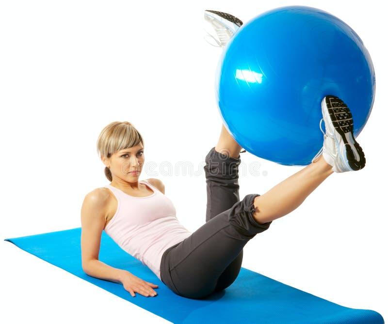 Sportswoman que exercita com uma esfera da aptidão fotografia de stock royalty free