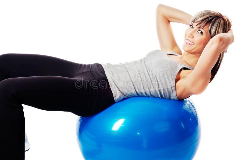 Sportswoman que exercita em uma esfera da aptidão imagem de stock