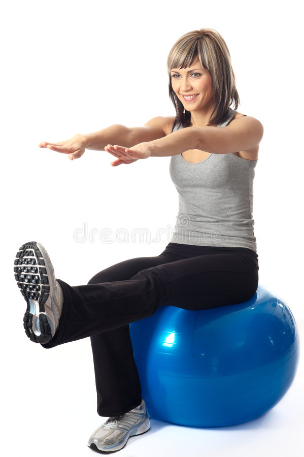 Sportswoman que exercita em uma esfera da aptidão fotos de stock royalty free
