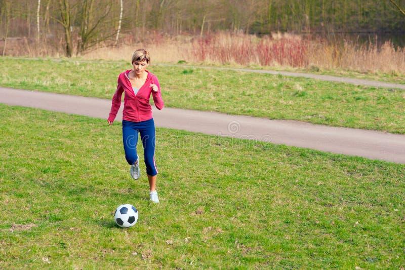 Sportswoman que joga com uma esfera fotografia de stock