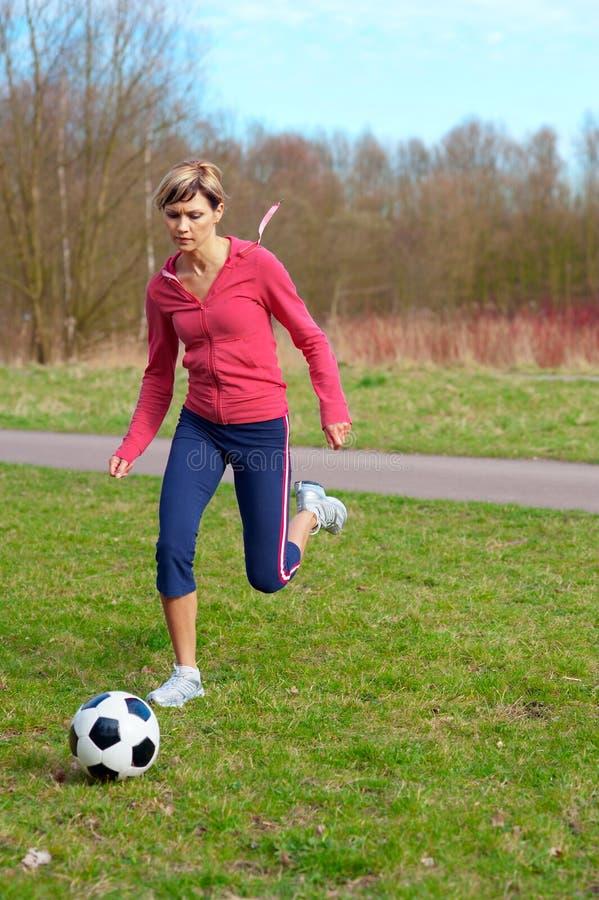 Sportswoman que joga com uma esfera fotos de stock royalty free