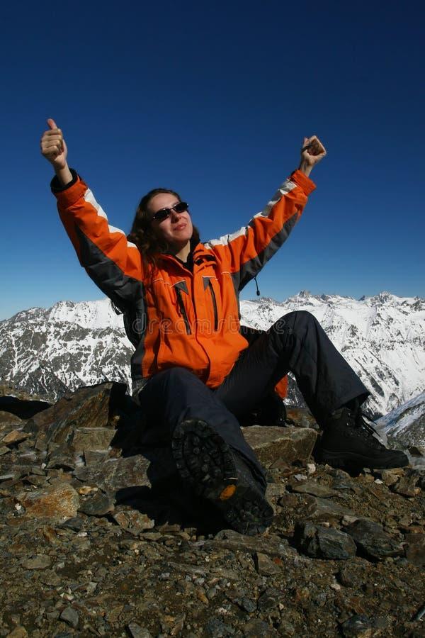 Sportswomen novos contentes por causa do alpinismo fotografia de stock