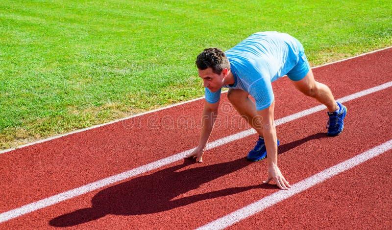 Sportuiteinden van professionele agent Van de de agenttribune van de mensenatleet van de het beginpositie lage het stadionweg Lev stock foto's