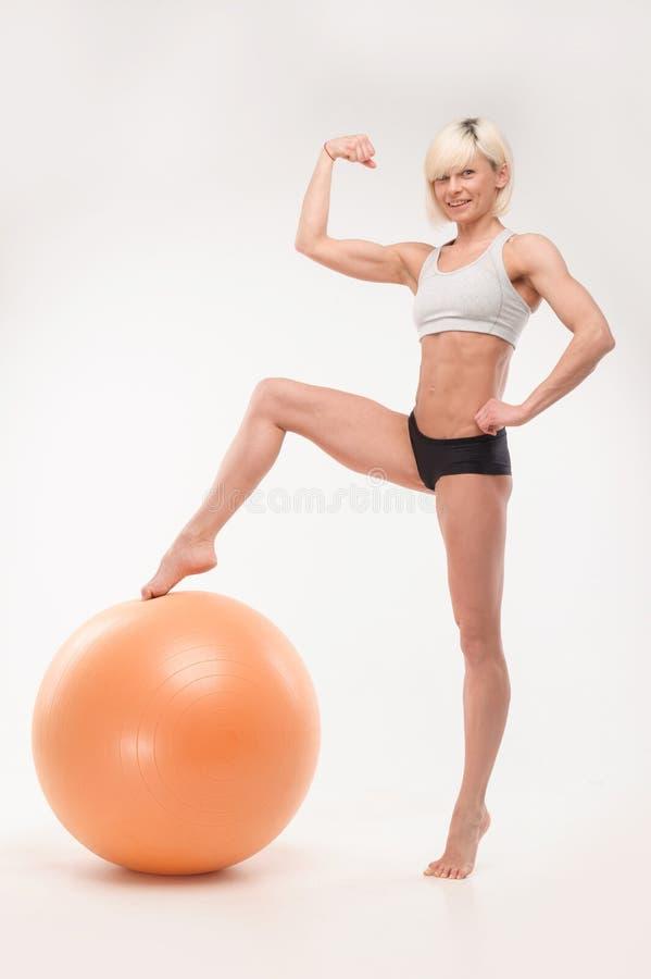 Sportung flicka med fitball arkivbilder