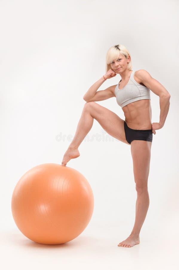 Sportung flicka med fitball royaltyfri foto
