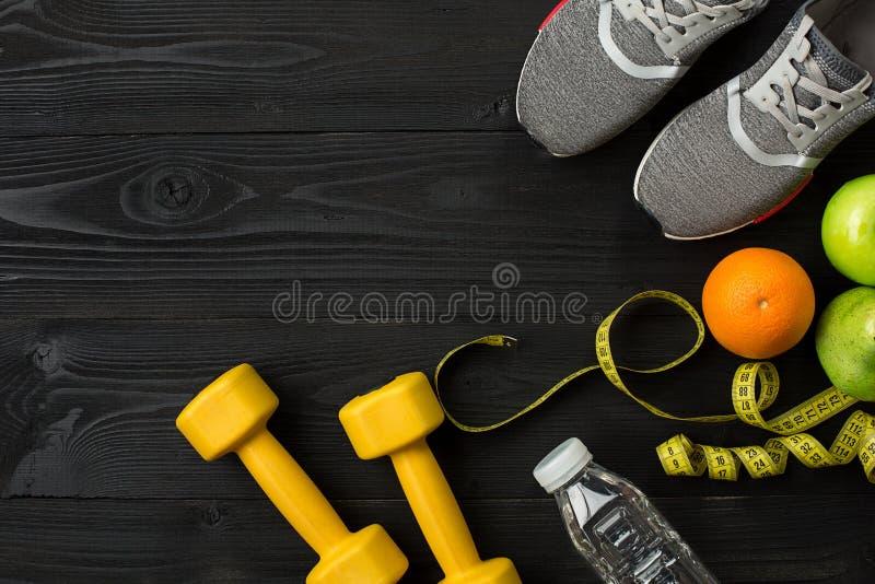 Sportutrustning och kläder på mörk träbakgrund, bästa sikt royaltyfri foto