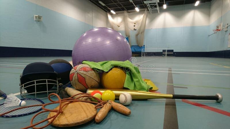 Sportutrustning på sportshallgolv royaltyfria foton