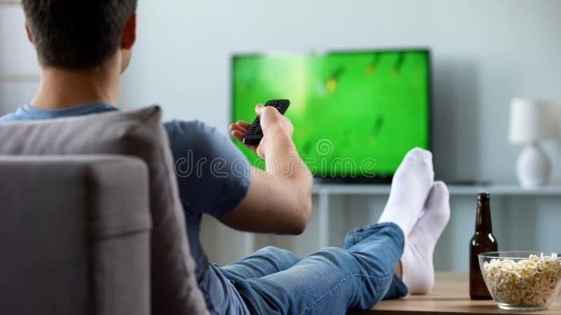 Sportventilator het letten op opname van gemiste voetbalgelijke, moderne slimme TV-technologie royalty-vrije stock foto's