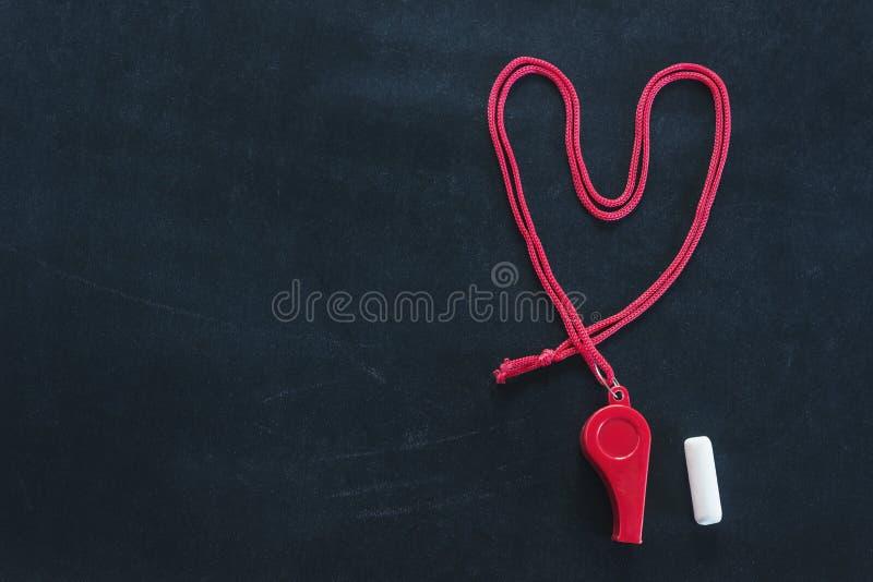 Sportvisslingen på ett rött snör åt Lagt ut i formen av en hjärta Stycke av vit krita Begreppssportkonkurrens, domare, statis arkivfoton