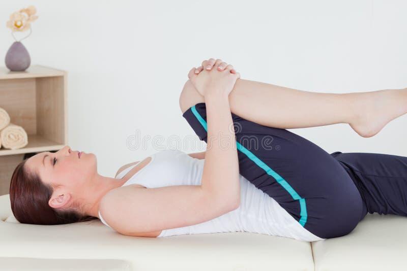 Sportvrouw die haar been uitrekt royalty-vrije stock foto
