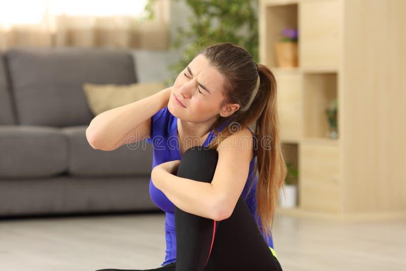 Sportvrouw die hals aan pijn thuis lijden royalty-vrije stock afbeelding