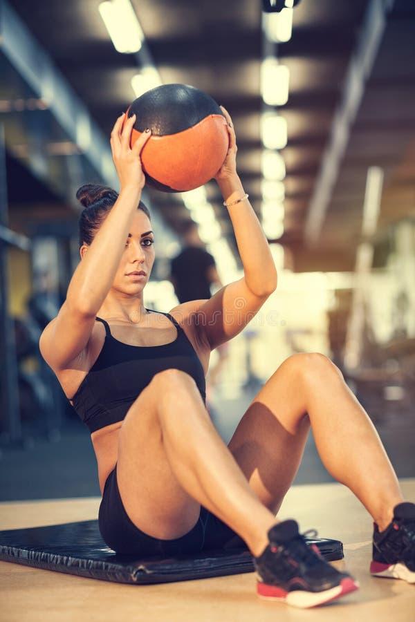 Sportvrouw die oefening met bal doen stock foto's