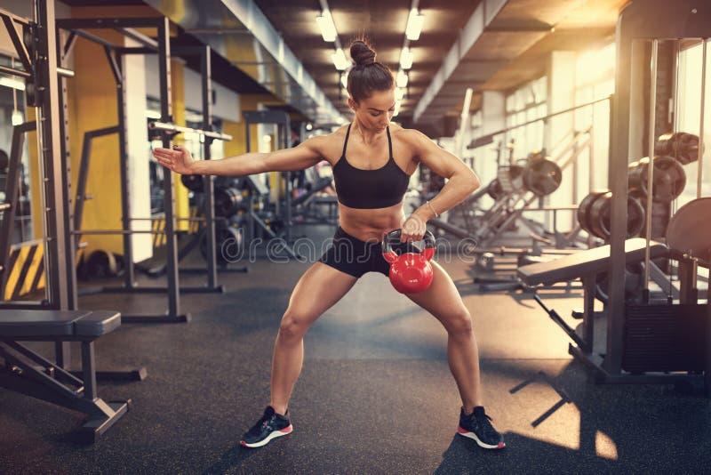 Sportvrouw die oefening met het gewicht van de ketelklok doen royalty-vrije stock fotografie