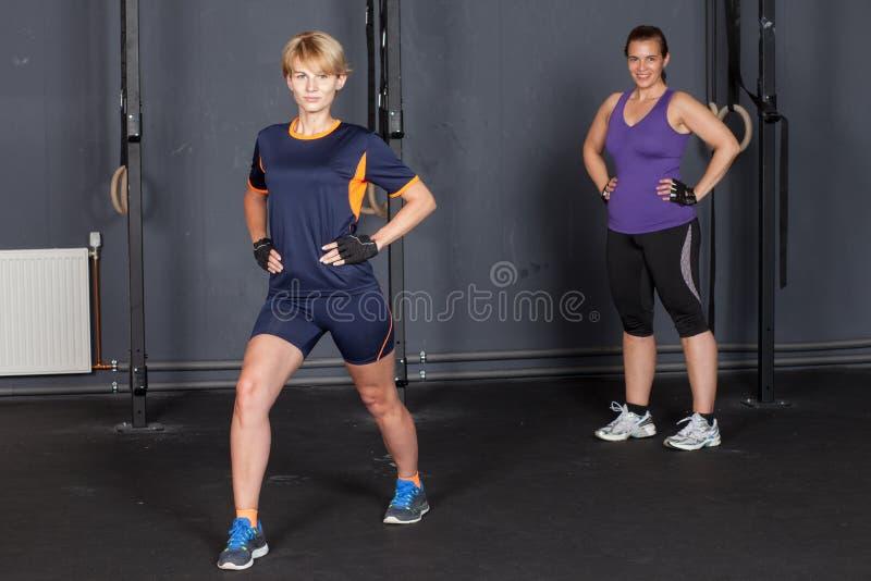 Sportvrouw die stapoefening doen stock foto