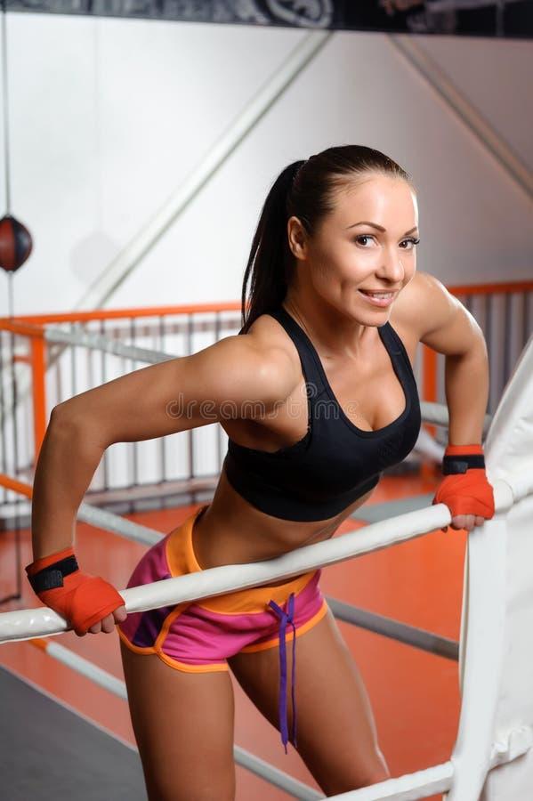 Sportvrouw in een boksring stock foto